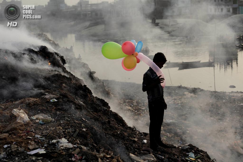«Поощрительный приз». Мальчик с надувными шариками на берегу Буриганги. Эта река считается одной из самых загрязнённых на планете. Место съемки: Барнгладеш. Дакка. (Andrew Biraj/National Geographic Photo Contest)