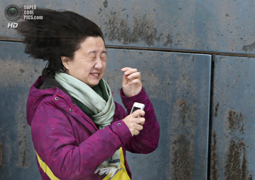 Канада. Квебек. 22 декабря. Ветер-стилист «делает укладку» прохожей без шапки. (REUTERS/Mathieu Belanger)
