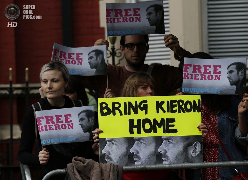 Великобритания. Лондон. 5 октября. Во время демонстрации в поддержку задержанных активистов Greenpeace по делу о ЧП на платформе «Приразломная». (REUTERS/Olivia Harris)