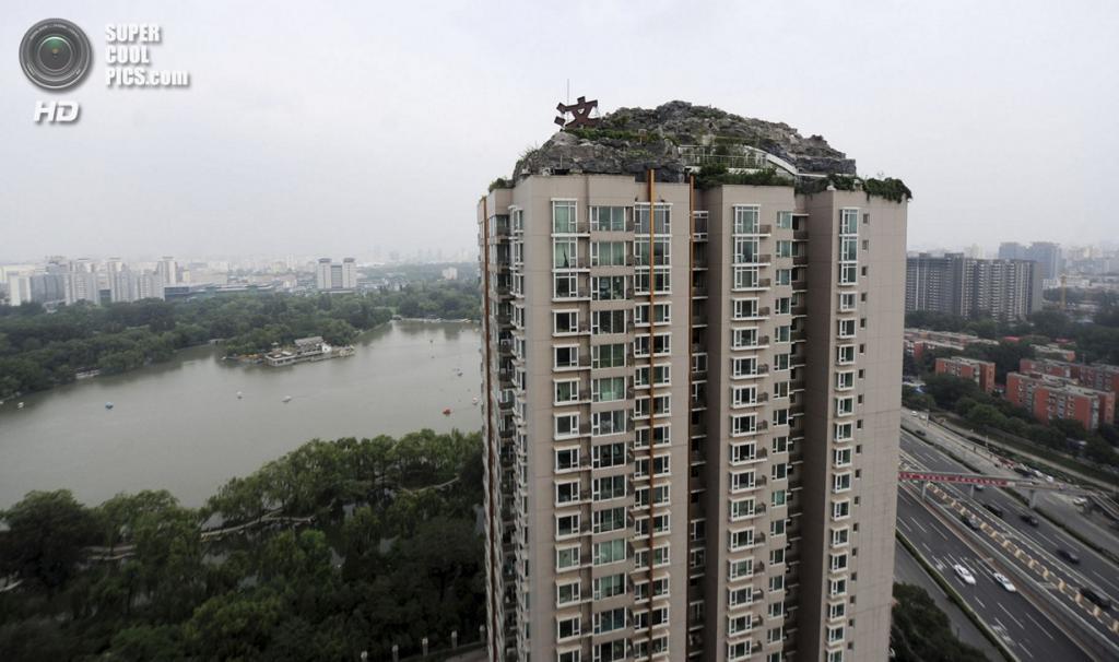 Китай. Пекин. 13 августа. Незаконный особняк Чжана Бицина на крыше многоэтажки в районе Хайдянь. (Xinhua) — Пост на сайте