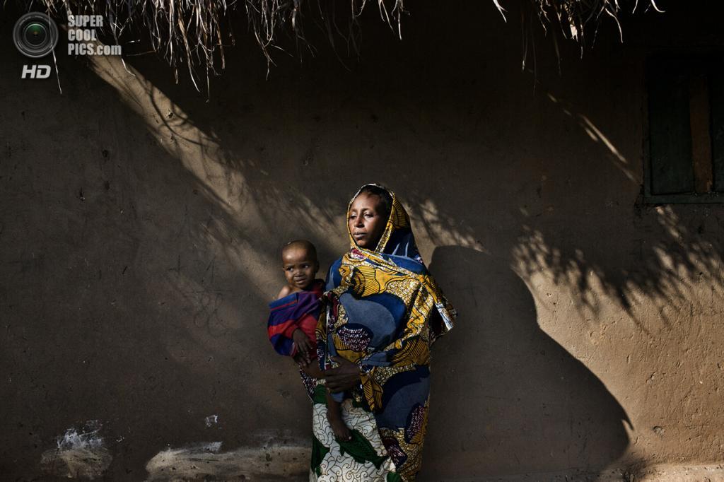 Центральноафриканская Республика. Босангоа, Уам. 3 ноября. Мусульманка Белдо Ибрагим с дочерью. Она видела смерть своего мужа и трёхлетнего сына, которых убили боевики христианской группировки «Анти-Балака». (Marcus Bleasdale/VII)