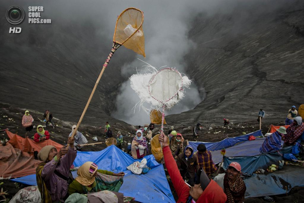 Индонезия. Проболинго, Восточная Ява. 24 июля. Жертвоприношения вулкану Бромо. (Ulet Ifansasti/Getty Images)