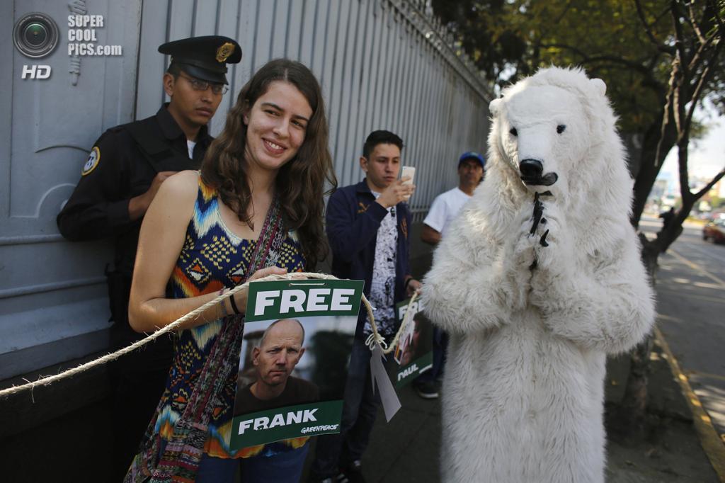 Мексика. Мехико. 5 октября. Во время демонстрации в поддержку задержанных активистов Greenpeace по делу о ЧП на платформе «Приразломная». (REUTERS/Tomas Bravo)