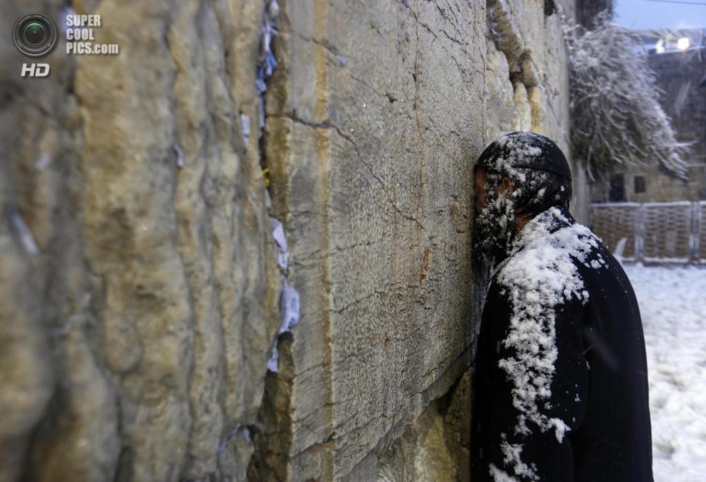 Израиль. Иерусалим. 13 декабря. Паломник у Стены плача во время самого сильного снегопада за последние 100 лет на Ближнем Востоке. (REUTERS/Darren Whiteside) — Пост на сайте