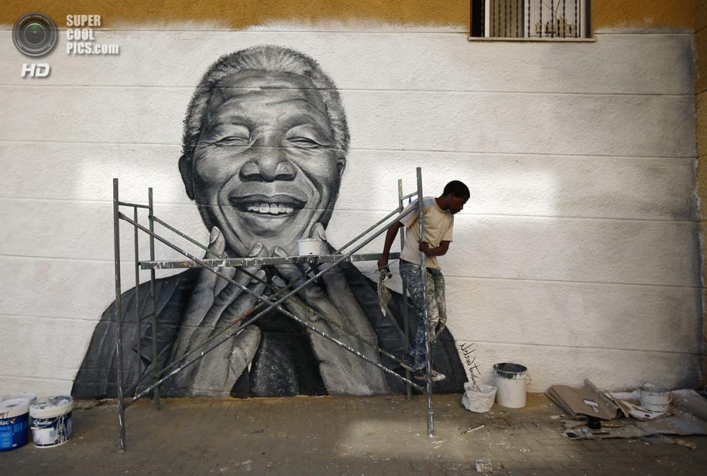 Португалия. Лиссабон. 20 июня 2013 года. Портрет Нельсона Манделы на стене. (Reuters/Rafael Marchante)
