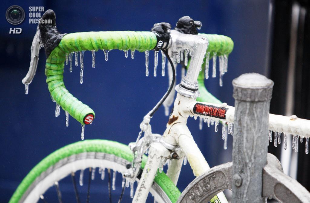 Канада. Торонто, Онтарио. 22 декабря. Велосипед во льду. (REUTERS/Hyungwon Kang)