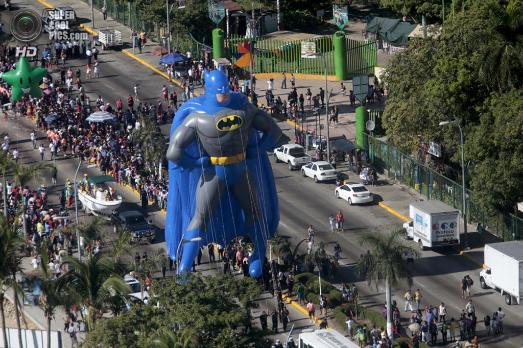 Мексика. Акапулько, Герреро. 25 декабря. Гигантский надувной Бэтмен на Рождественском параде. (Pedro Pardo/AFP/Getty Images)