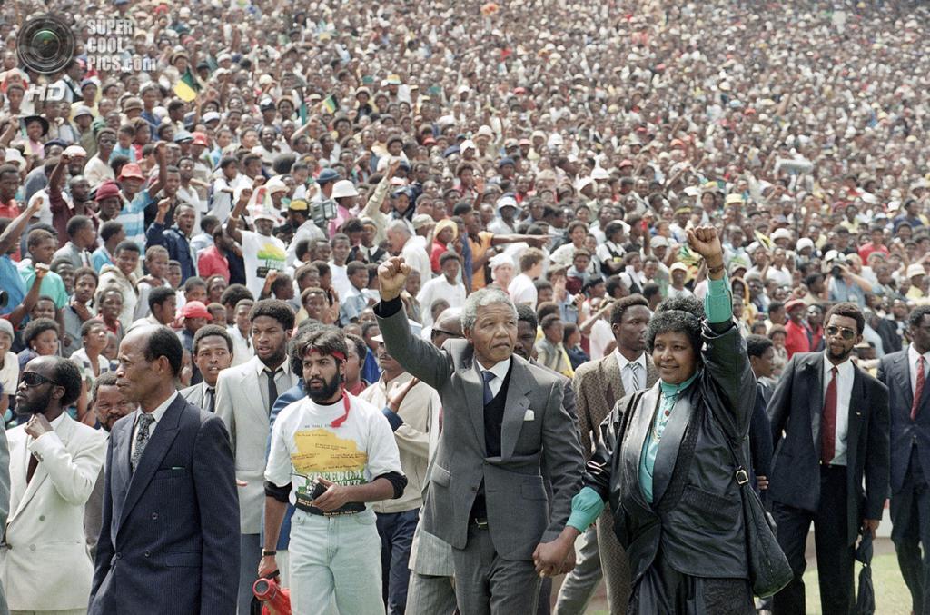 ЮАР. 13 февраля 1990 года. Нельсон Мандела со своей супругой Винни на футбольном стадионе Соуэто. Послушать его речь пришли 120 000 человек. (AP Photo/Udo Weitz)