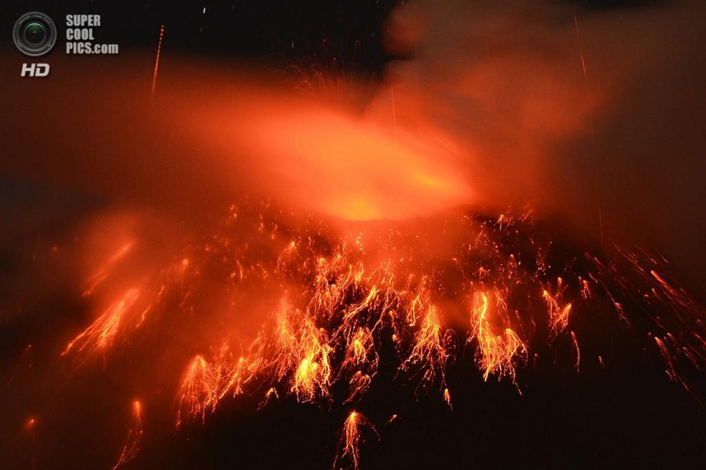Эквадор. Ла-Флорида, Чимборасо. 20 декабря 2012 года. Извержение вулкана Тунгурауа. (RODRIGO BUENDIA/AFP/Getty Images)