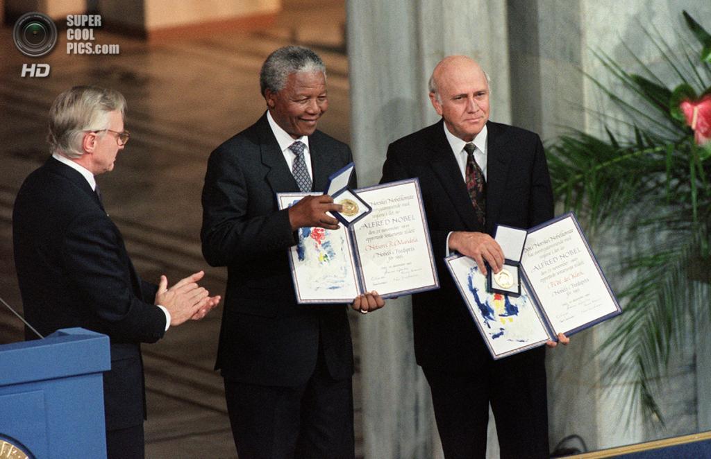 Норвегия. Осло. 9 декабря 1993 года. 8-й президент ЮАР Нельсон Мандела и 7-й президент ЮАР Фредерик Виллем де Клерк во время вручения Нобелевской премии мира. (Gerard Julien/AFP/Getty Images)
