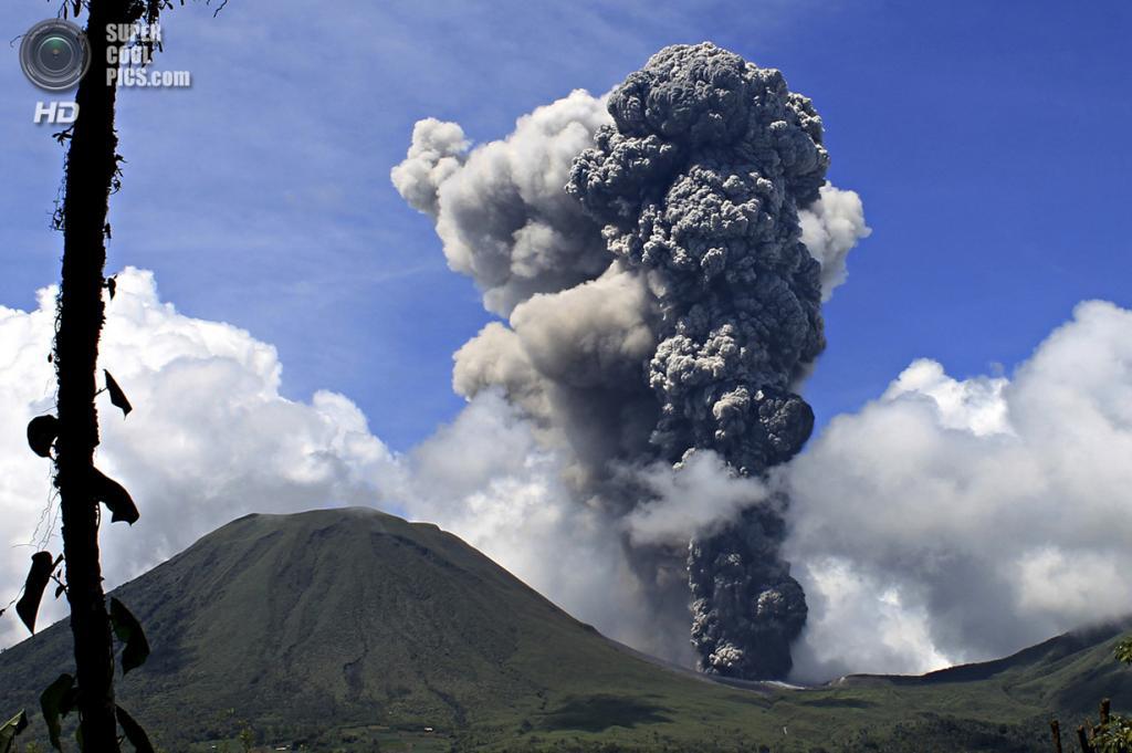 Индонезия. Томохон, Северный Сулавеси. 17 декабря 2012 года. Извержение вулкана Локон. (REUTERS/Stringer)