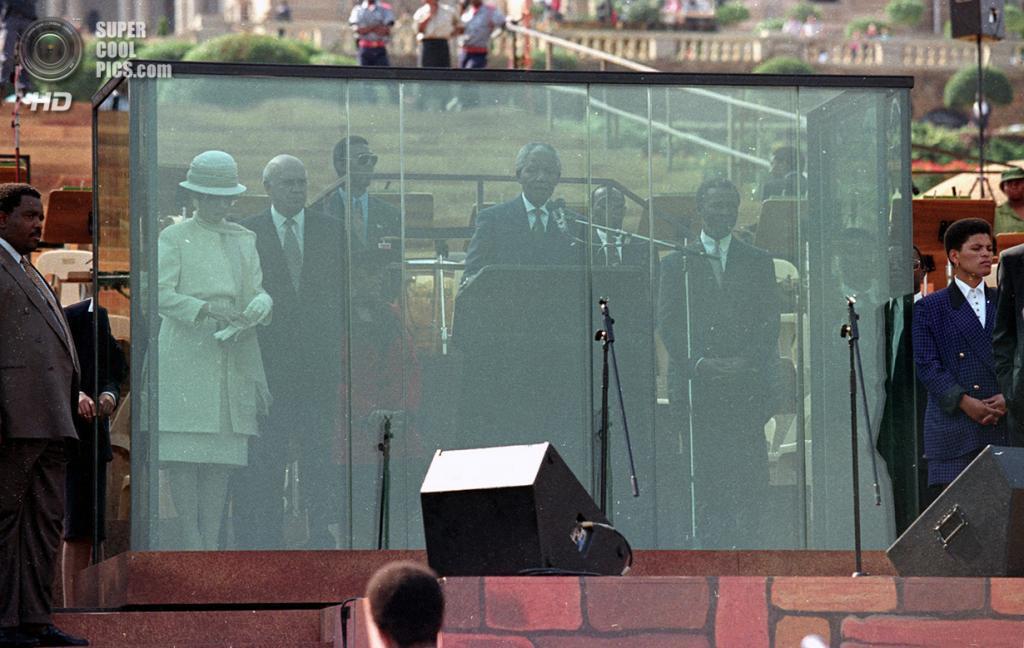 10 мая 1994 года. Выступление Нельсона Манделы за пуленепробиваемым стеклом во время церемонии инаугурации. (Reuters/Juda Ngwenya)