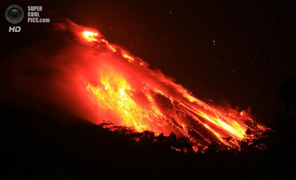Индонезия. Сиау, Северный Сулавеси. 4 апреля. Извержение вулкана Карангетанг. (REUTERS/Stringer)