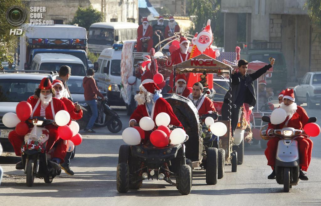 Ливан. Джийех, Шуф, Горный Ливан. 24 декабря. Ливанцы в костюмах Санта-Клаусов разъезжают по улицам, приветствуя прохожих. (REUTERS/Sharif Karim)