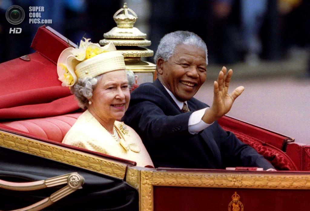 Великобритания. Лондон. 9 июля 1996 года. Нельсон Мандела и королева Великобритании Елизавета II. (Reuters)
