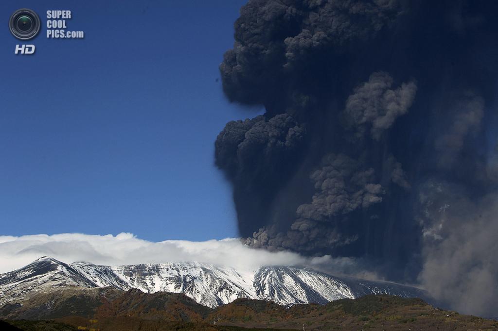 Италия. Сицилия. 23 ноября. Извержение вулкана Этна. (AP Photo/Carmelo Imbesi)