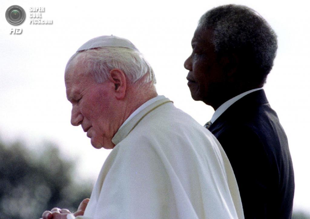 ЮАР. Йоханнесбург. 16 сентября 1995 года. Нельсон Мандела и Папа Римский Иоанн Павел II. (Reuters)