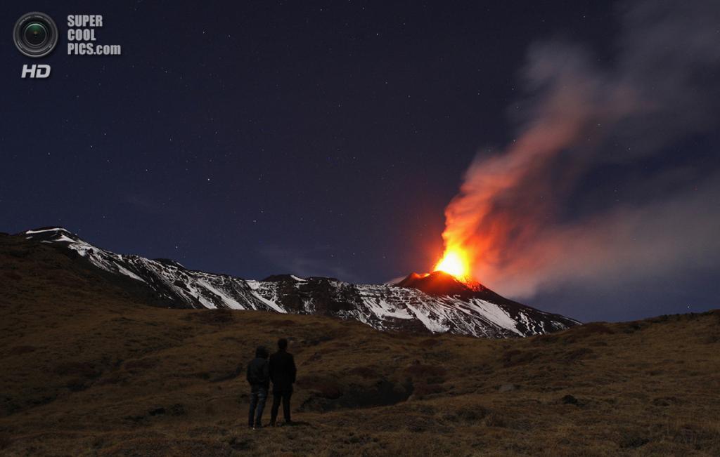 Италия. Сицилия. 17 ноября. Извержение вулкана Этна. (REUTERS/Antonio Parrinello)