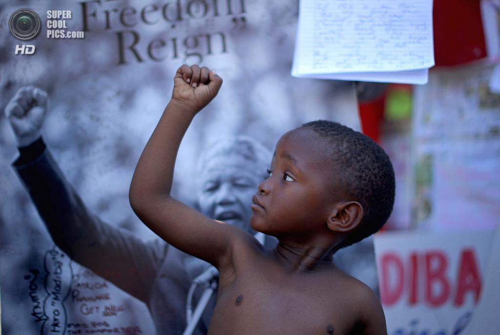 ЮАР. Претория. 14 июля 2013 года. Юный приверженец Нельсона Манделы. (Christopher Furlong/Getty Images)