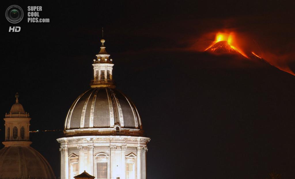 Италия. Катания, Сицилия. 28 ноября. Извержение вулкана Этна. (AP Photo/Salvatore Allegra)