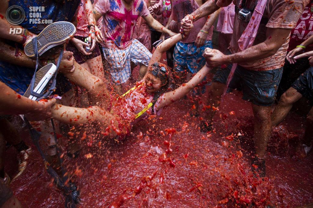 Испания. Буньоль, Валенсия. 28 августа. Во время фестиваля «Томатина». Всего за час было уничтожено 130 тонн томатных «боеприпасов». По оценкам городской администрации, в этом году в фестивале приняли участие более 20 000 человек. (GABRIEL GALLO/AFP/Getty Images) — Пост на сайте