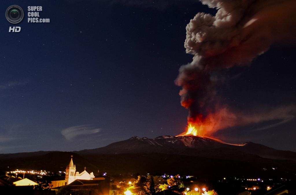 Италия. Ачиреале, Сицилия. 16 ноября. Извержение вулкана Этна. (AP Photo/Carmelo Imbesi)