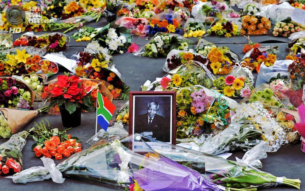 ЮАР. Йоханнесбург. 6 декабря 2013 года. Цветы для Нельсона Манделы. (Carl De Souza/AFP/Getty Images)