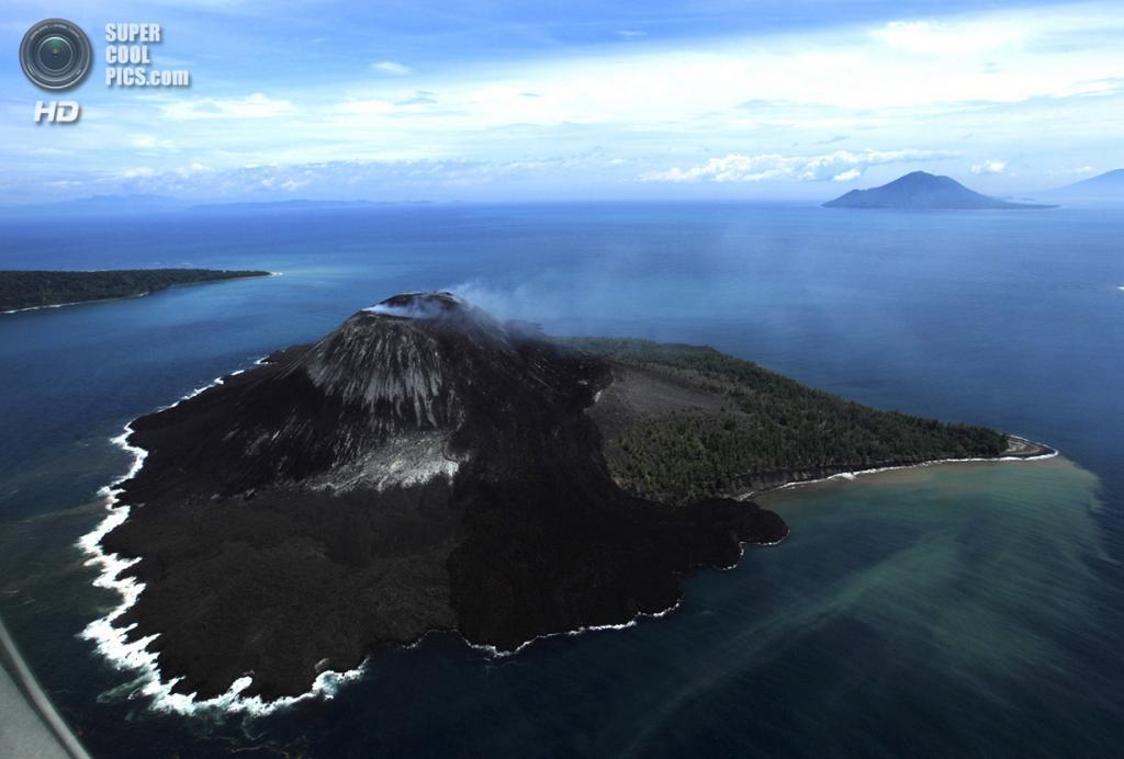 Индонезия. Лампунг. 24 февраля. Извержение вулкана Кракатау. (REUTERS/Beawiharta)