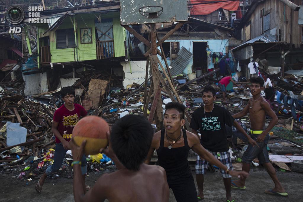 Филиппины. Таклобан, Лейте. 17 ноября. Подростки играют в баскетбол среди руин после тафуна «Хайян». (AP Photo/David Guttenfelder) — Пост на сайте