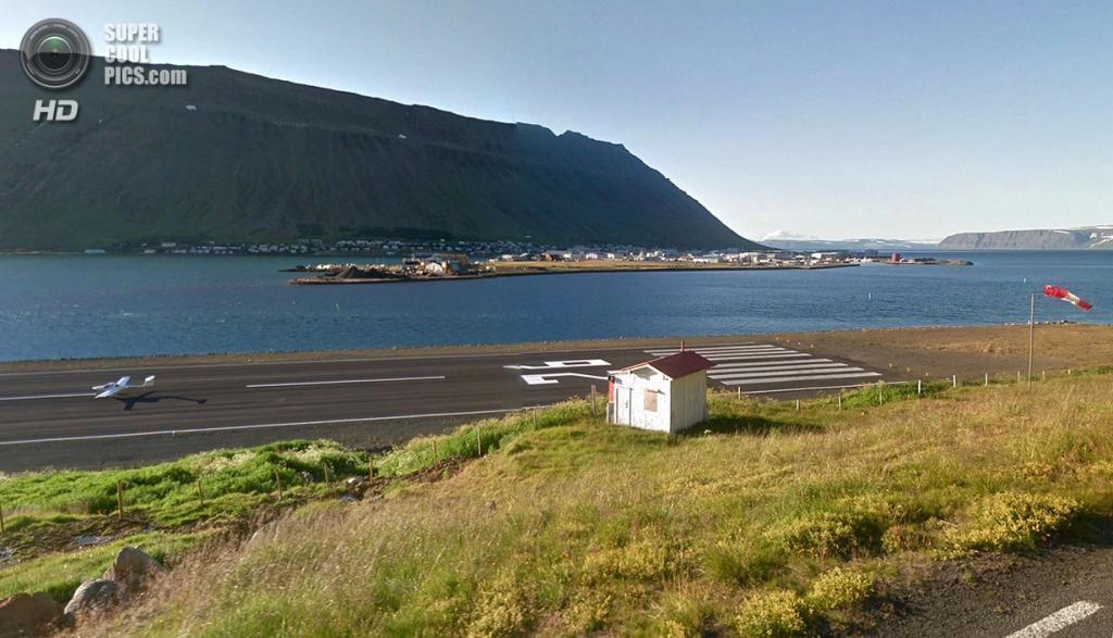 Исландия. Исафьордюр. Самолёт идёт на посадку. (Google)