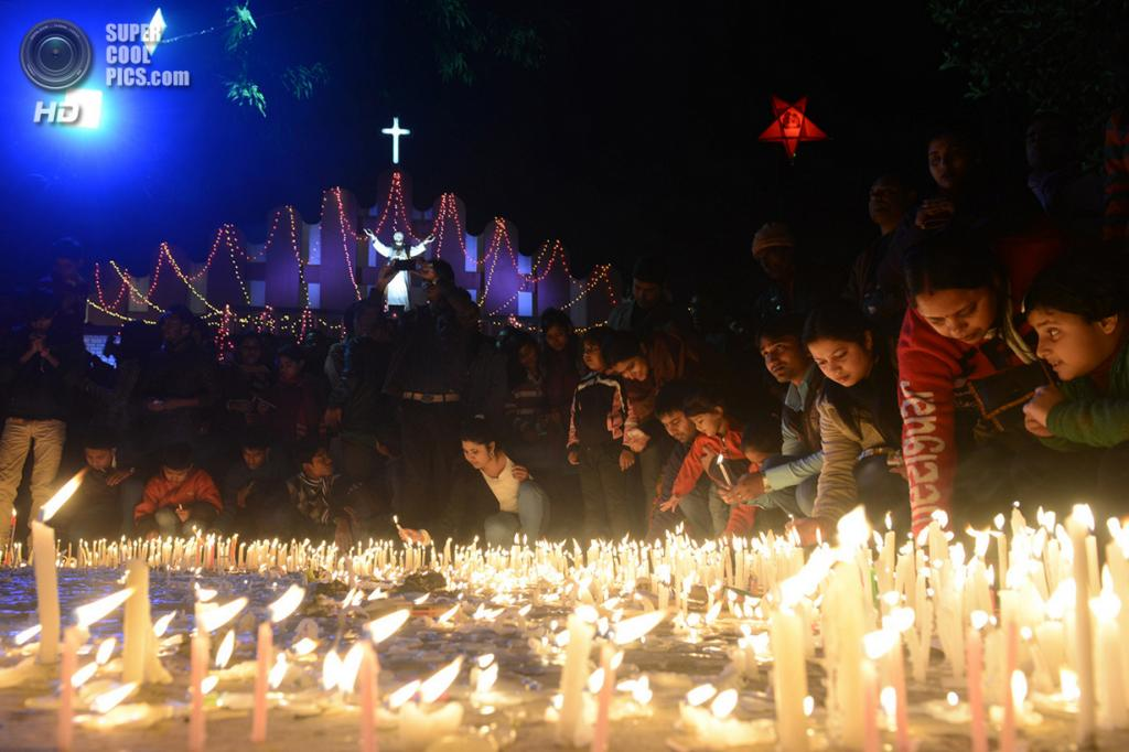 Индия. Силигури, Западная Бенгалия. 25 декабря. Рождественская месса в Церкви Святой Марии. Несмотря на то, что среди миллиардного населения Индии христиане составляют всего 2 %, Рождество здесь празднуют с размахом по всей стране. (Diptendu Dutta/AFP/Getty Images)