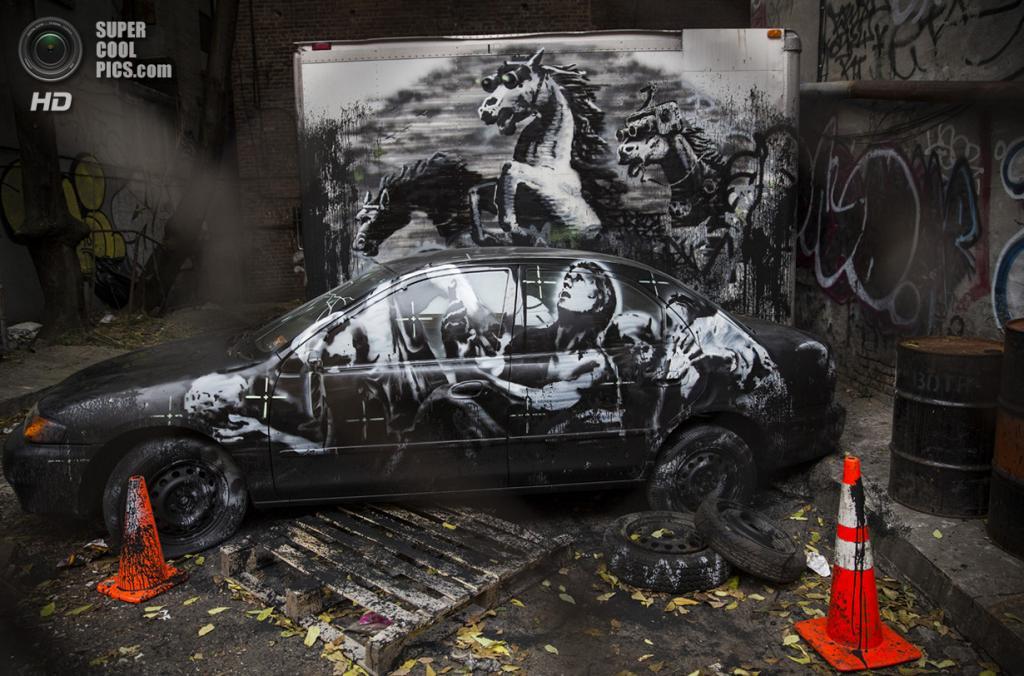 США. Нью-Йорк. 9 октября. Граффити Бэнкси в Нижнем Ист-Сайде. В начале октября знаменитый уличный художник Бэнкси анонсировал выставку собственных новинок на улицах Нью-Йорка под названием «Better Out Than In». Почти каждый день на протяжении месяца в разных боро Большого Яблока появлялись новые граффити и инсталляции, сделанные загадочным английским художником. Его уличная выставка вызвала огромный резонанс в обществе. (Andrew Burton/Getty Images) — Пост на сайте