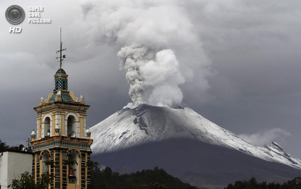 Мексика. Сантьяго-Шалисинтла, Пуэбла. 7 июля. Извержение вулкана Попокатепетль. (AP Photo/Marco Ugarte)