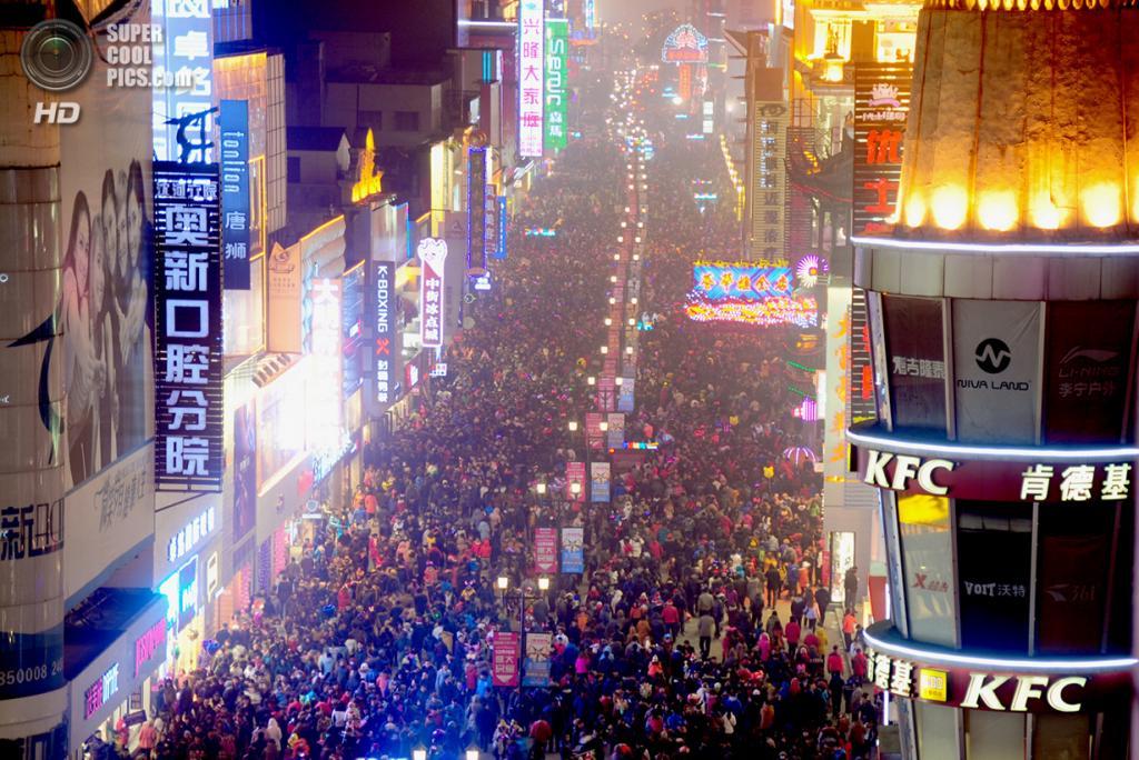 Китай. Шэньян, Ляонин. 24 декабря. Столпотворение на торговой аллее. (ChinaFotoPress/Getty Images)