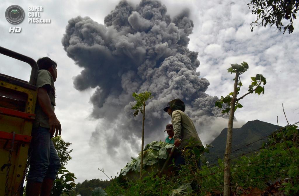 Индонезия. Каро, Северная Суматра. 17 сентября. Извержение вулкана Синабунг. (SUTANTA ADITYA/AFP/Getty Images)