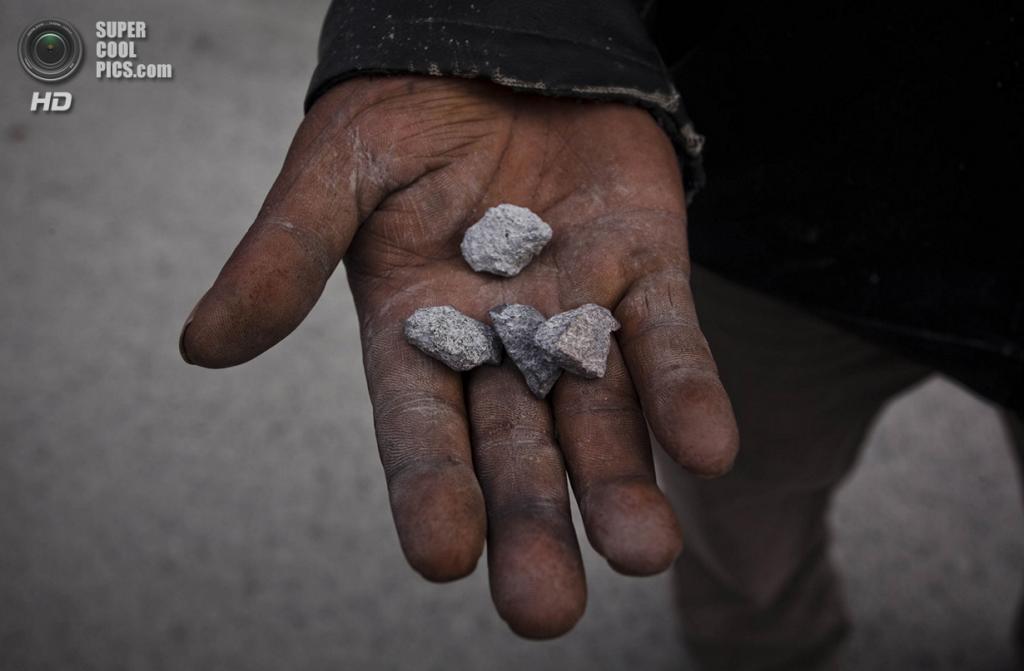 Индонезия. Суканалу, Северная Суматра. 24 ноября. Камни, в прямом смысле упавшие с неба после извержения вулкана Синабунг. (Ulet Ifansasti/Getty Images)