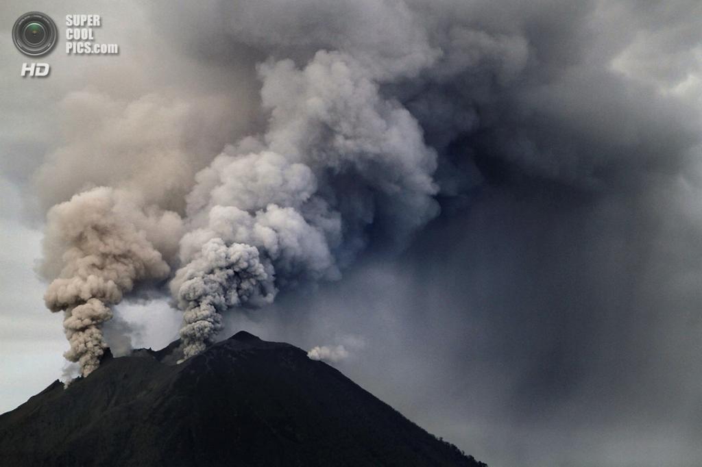 Индонезия. Каро, Северная Суматра. 4 декабря. Извержение вулкана Синабунг. (ADE SINHUAJI/AFP/Getty Images)