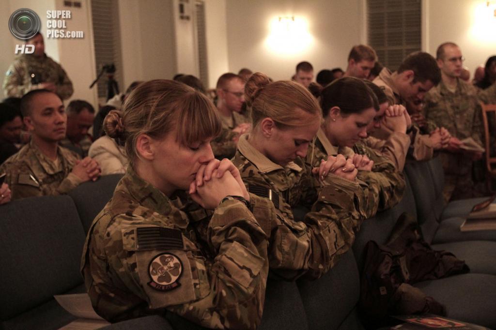 Афганистан. Баграм, Парван. 24 декабря. Солдаты на рождественской церемонии. (AP Photo/Rahmat Gul)
