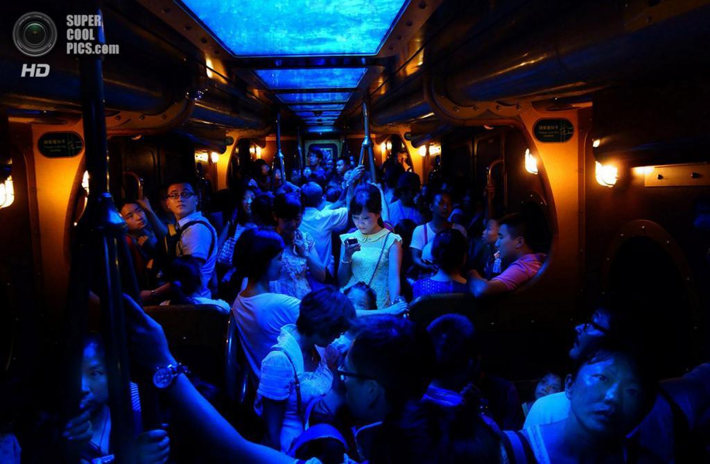 «Устройство светится в темноте...». Место съемки: Китай. Гонконг. (Brian Yen/National Geographic Photo Contest)