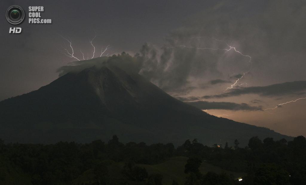 Индонезия. Симпанг-Эмпат, Северная Суматра. 18 сентября. Извержение вулкана Синабунг. (REUTERS/YT Haryono)