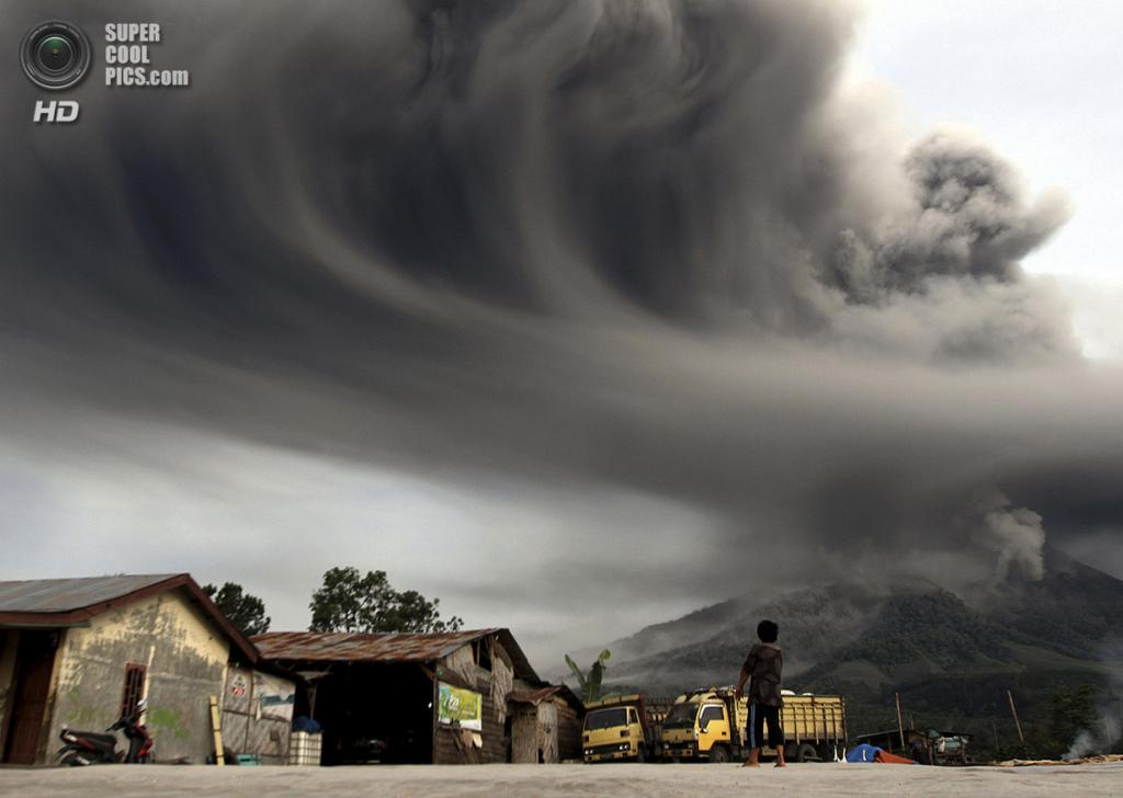Индонезия. Сибинтун, Северная Суматра. 18 ноября. Извержение вулкана Синабунг. (REUTERS/Roni Bintang)