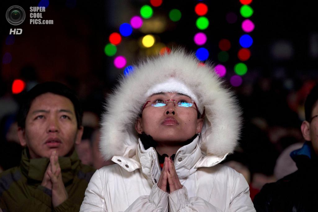 Китай. Пекин. 24 декабря. Китайцы, исповедующие католицизм, на рождественской мессе в Соборе Непорочного Зачатия Пресвятой Девы Марии. Несмотря на то, что Китай и Ватикан не имеют дипломатических отношений, а Коммунистическая партия Китая в 1950-х годах заставила верующих отречься от религии, более 6 млн китайцев всё равно посещает рождественские мессы. (AP Photo/Ng Han Guan)