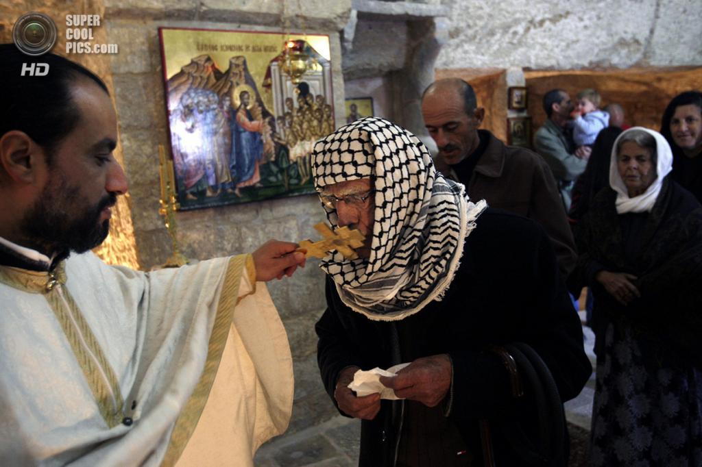 Палестина. Буркин, Дженин. 25 декабря. Палестинские христиане на утренней мессе в Церкви Святого Георгия. (AP Photo/Mohammed Ballas)