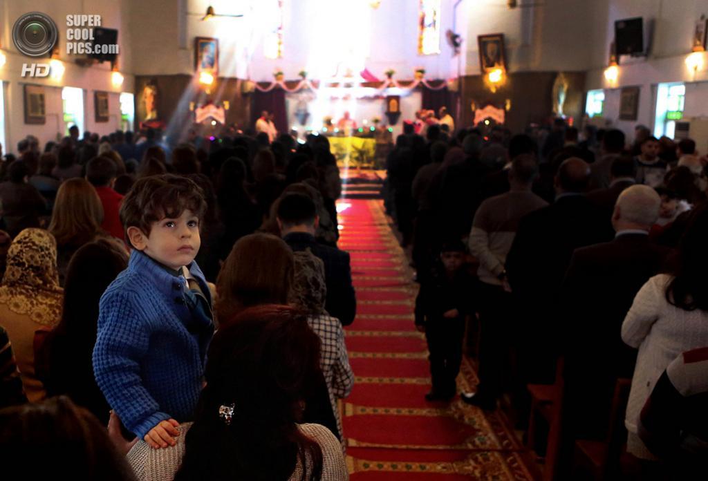 Ирак. Басра. 25 декабря. Рождественская месса в Церкви Матери Терезы. (AP Photo/Nabil al-Jurani)