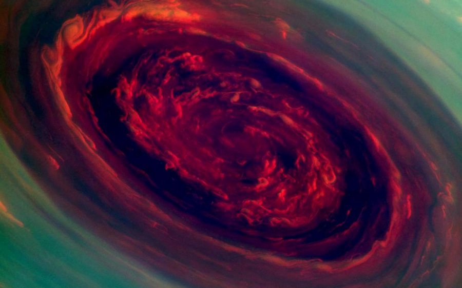 Ураган на Северном полюсе Сатурна, который напоминает красную розу, окружённую листвой. Диаметр шторма составляет свыше 2 000 км, что в 20 раз превышает масштабы любого урагана на Земле. Скорость шторма — 150 м/с. Снимок сделан «Кассини» с расстояния в 419 000 км. (NASA/JPL-Caltech/SSI)