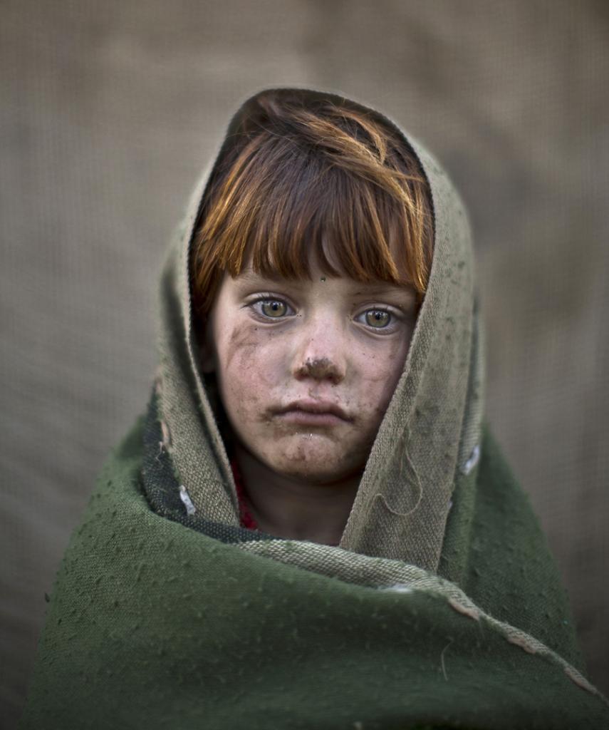 Посмотрите в их глаза! Дети-беженцы из Афганистана (14 фото)