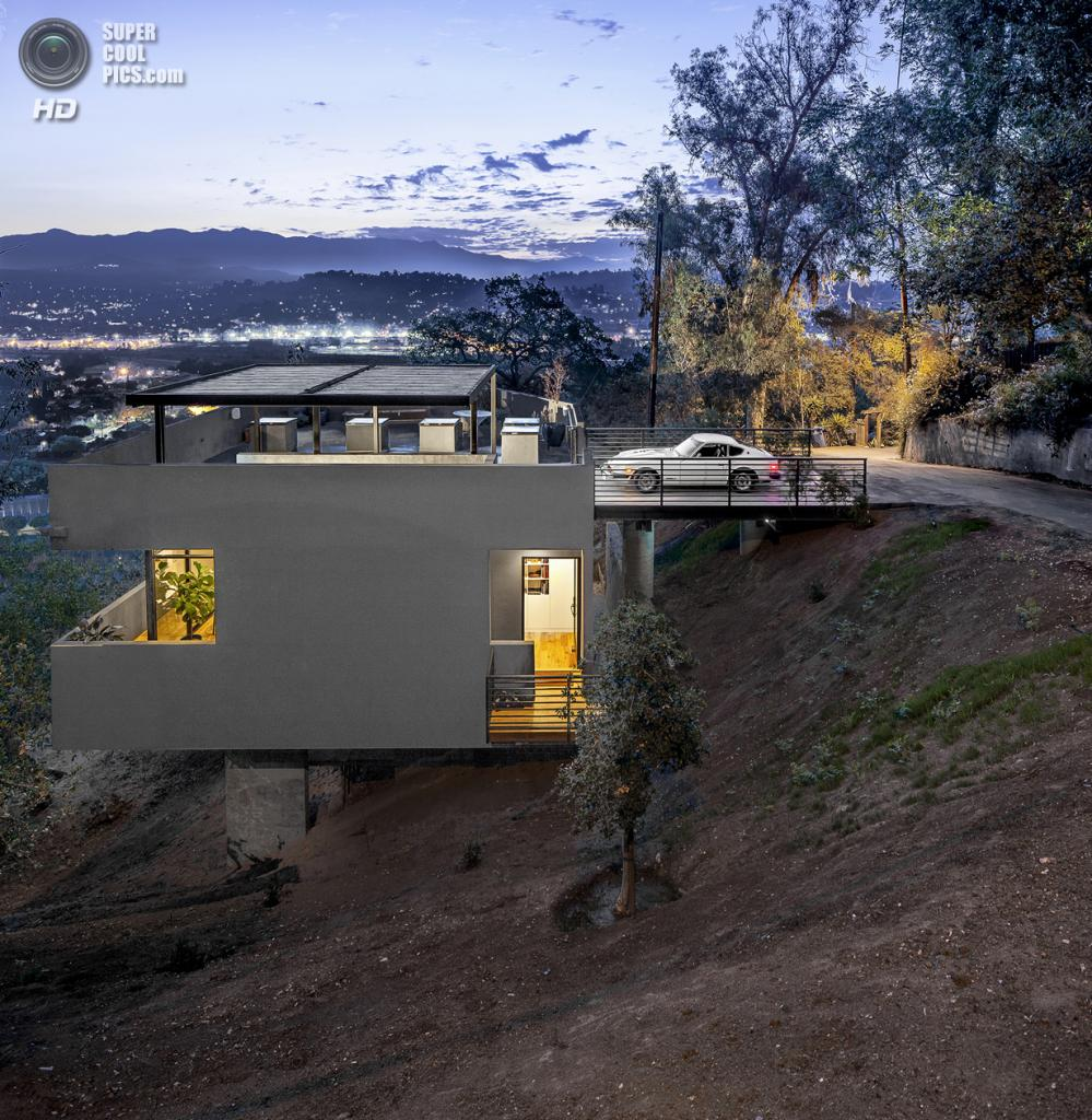 США.  Эко-Парк, Лос-Анджелес, Калифорния. Частный дом Car Park House, спроектированный Anonymous Architects. (Steve King)