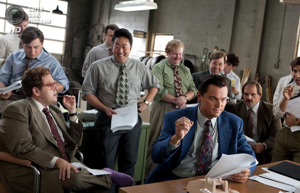 Чёрная комедия «Волк с Уолл-стрит» режиссёра Мартина Скорсезе. Номинирован в пяти категориях: «Лучший фильм года», «Лучший режиссёр», «Лучшая мужская роль», «Лучшая мужская роль второго плана», «Лучший адаптированный сценарий». (Кадр из фильма)