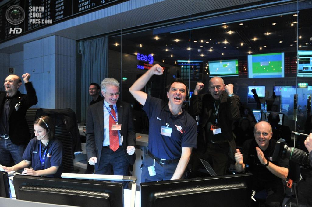 Германия. Дармштадт, Гессен. 20 января. Сотрудники Европейского центра управления космическими полётами получают сигнал от космического аппарата «Розетта». (ESA/Jürgen Mai)