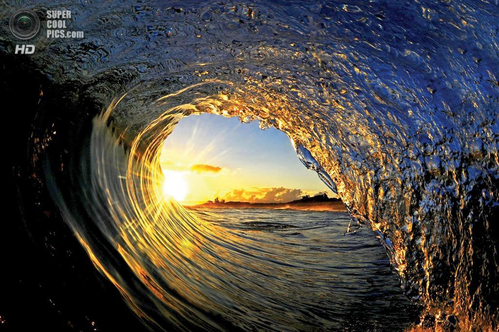 «Солнечный завиток». Солнце и его лучи в красивейшей дуге волны. (Clark Little)